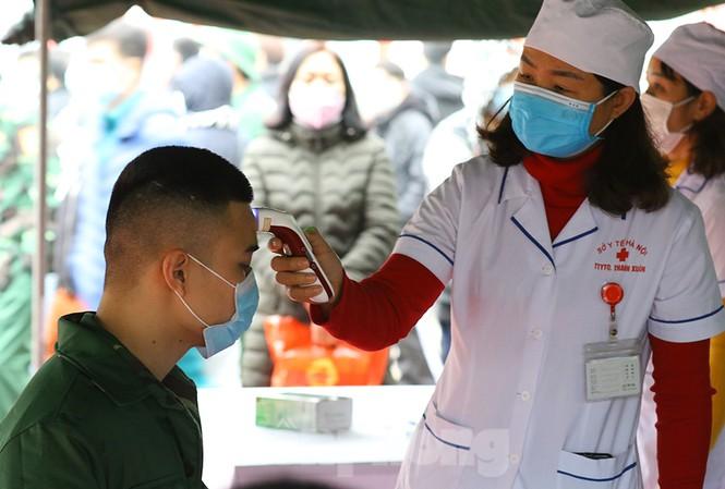 Thanh niên Thủ đô đeo khẩu trang đo thân nhiệt lên đường nhập ngũ