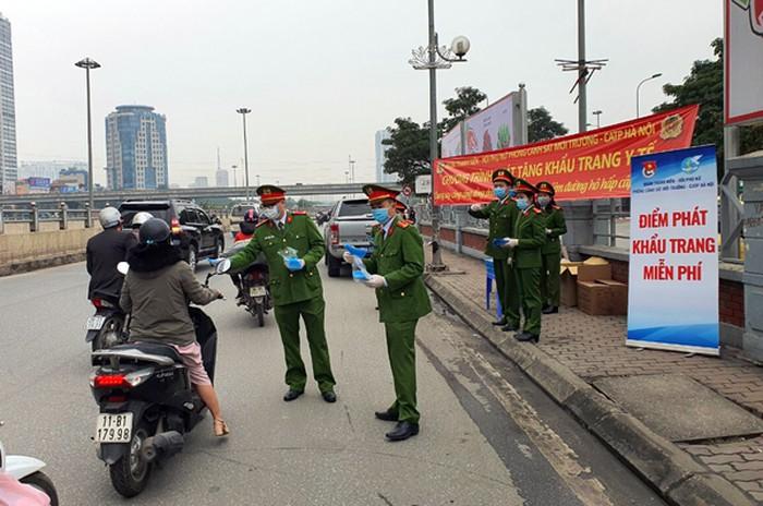 Cảnh sát môi trường, Công an Hà Nội phát 10.000 khẩu trang miễn phí cho dân