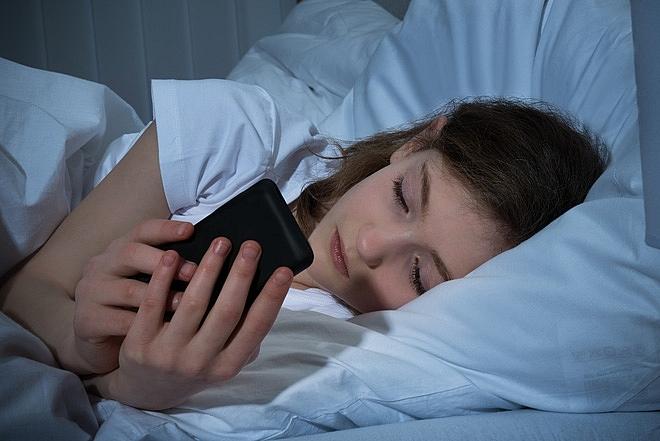 Những thói quen tai hại khi sử dụng điện thoại cả ngày