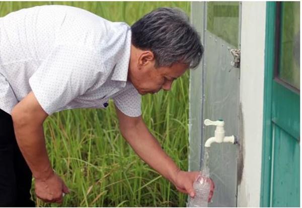Khốn khổ vì nước máy bốc mùi nồng nặc, người dân Hà Nội vẫn phải... chờ