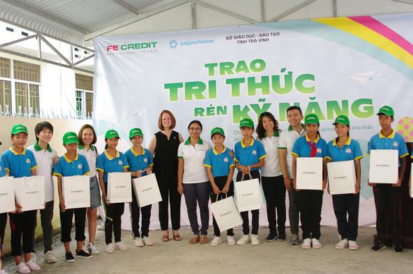 FE CREDIT tiếp sức hơn 100 học sinh nghèo Trà Vinh