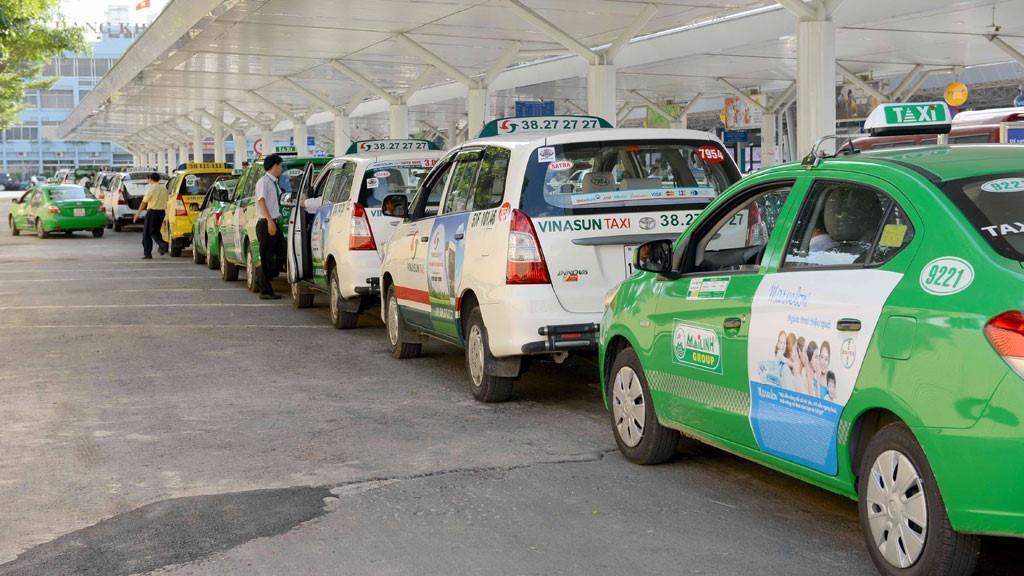 Taxi truyền thống và Grab có thể gắn phù hiệu thay cho mào
