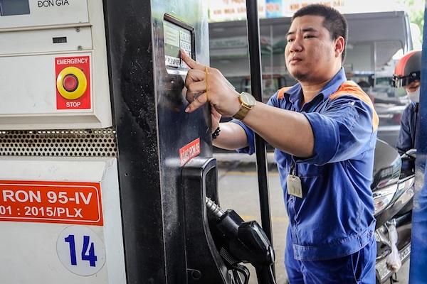 Giá xăng tăng nhẹ từ 15 giờ chiều nay (12/10/2020)