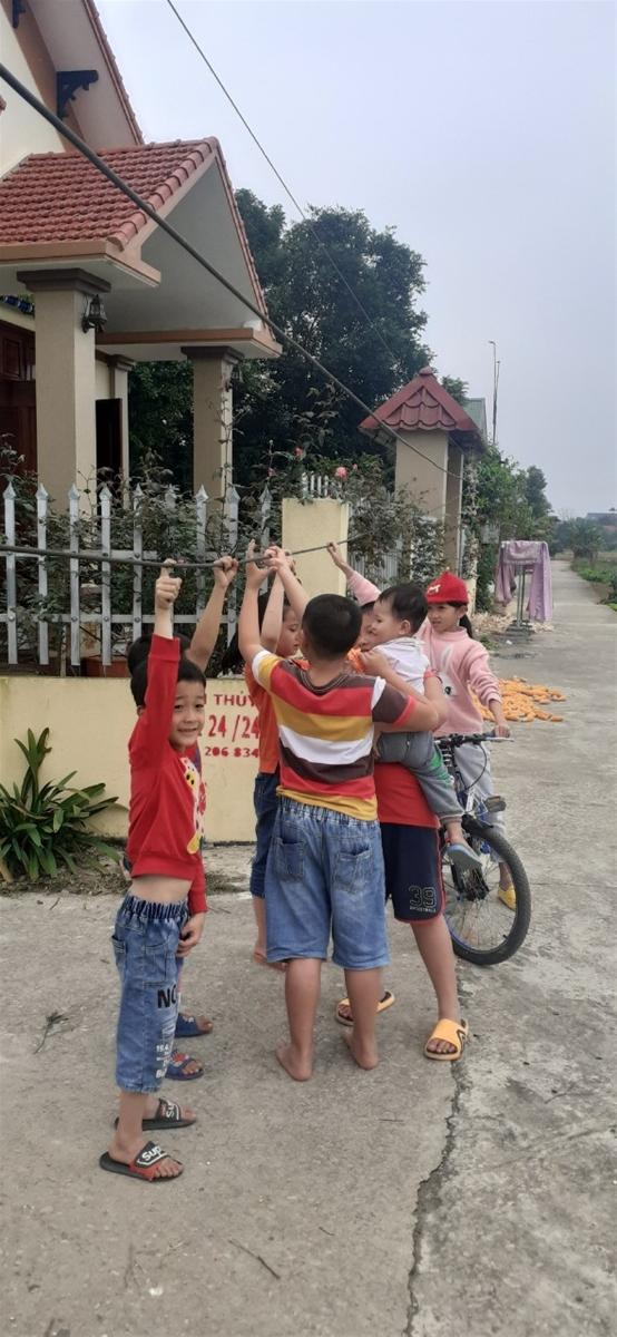 Thanh Hóa: Trẻ em đánh đu trên đường dây hạ thế, điện lực vẫn chần chừ