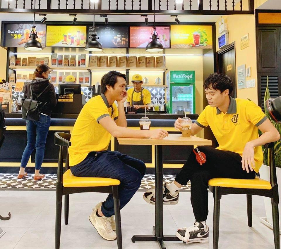 Theo chân Văn Toàn, Tuấn Anh khám phá các món ngon, bổ, rẻ tại cà phê Ông Bầu