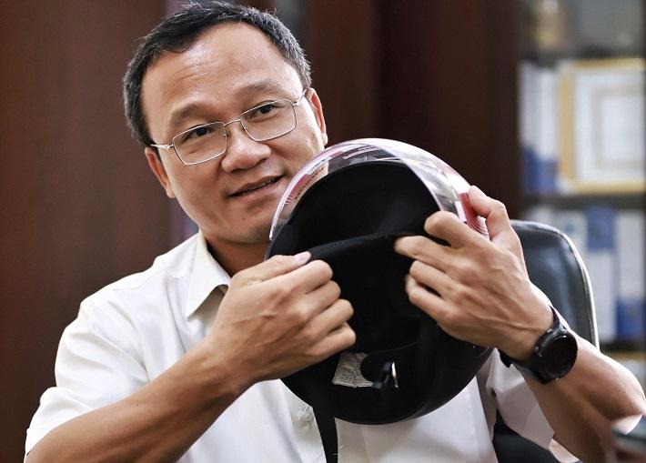 Ông Khuất Việt Hùng: 'Mũ lưỡi trai không phải mũ bảo hiểm'