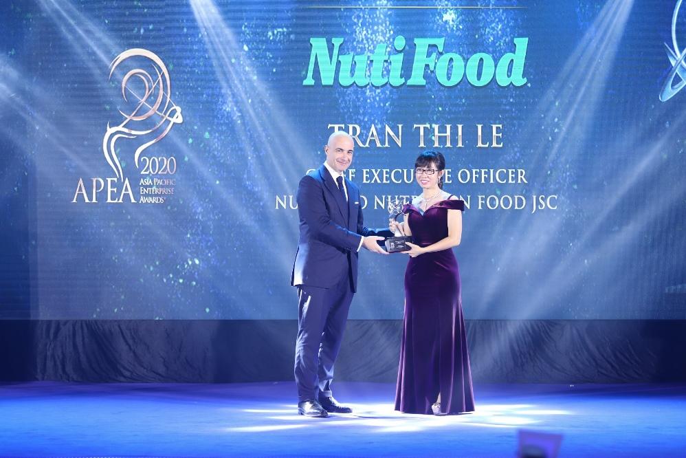 """Nutifood lập """"hat-trick"""" giải thưởng về doanh nghiệp và lãnh đạo xuất sắc châu Á"""