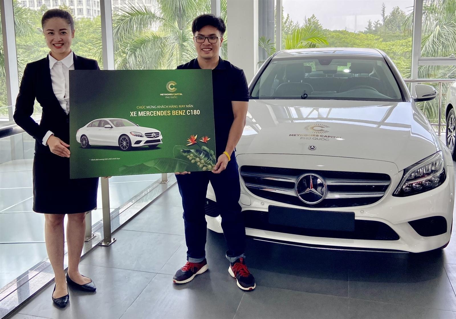 Khách mua Meyhomes Capital Phú Quốc nhận bàn giao xe Mercedes C180