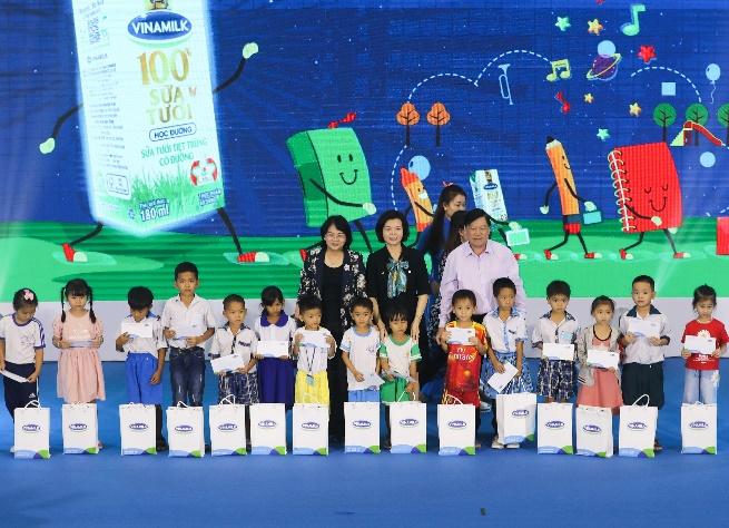 Niềm vui của Thầy và trò tỉnh Vĩnh Long trong Ngày hội Sữa học đường