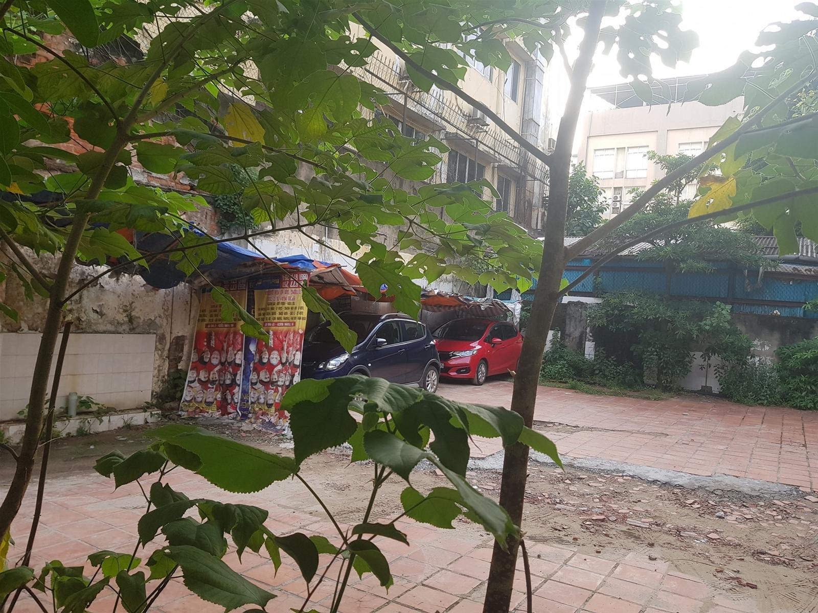 Khu đất 22 Phan Bội Châu lại biến thành bãi trông xe, có bảo vệ trông nom và sau khi xe ra vào đều được khóa cửa cẩn thận, kiên cố.