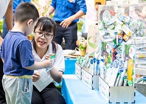 Hà Nội thực hiện chương trình thu gom, phân loại và tái chế vỏ hộp sữa