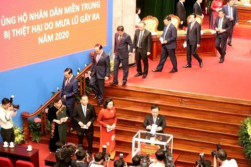 Đại biểu Đại hội Đảng bộ thành phố Hà Nội khoá XVII ủng hộ đồng bào miền Trung