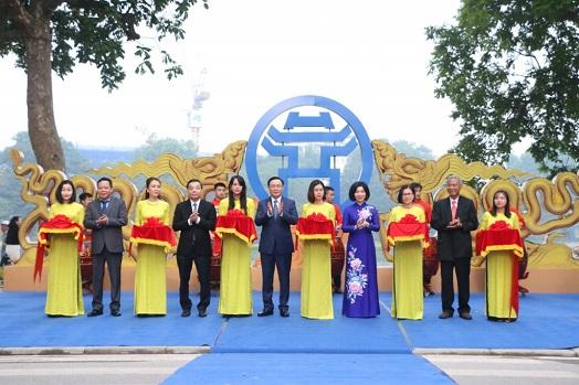 Bí thư Thành ủy Vương Đình Huệ cắt băng khai mạc triển lãm
