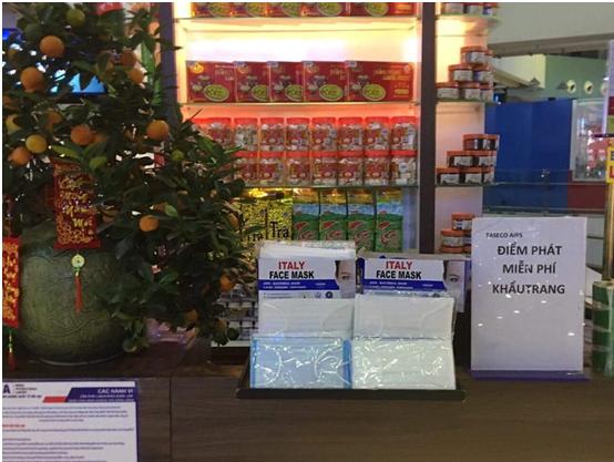 Phát miễn phí khẩu trang tại sân bay Nội Bài