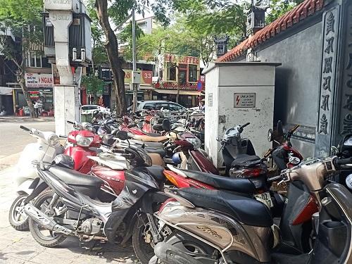 Hà Nội: Cần xử phạt thật nặng vấn nạn trông giữ xe trái phép trên vỉa hè