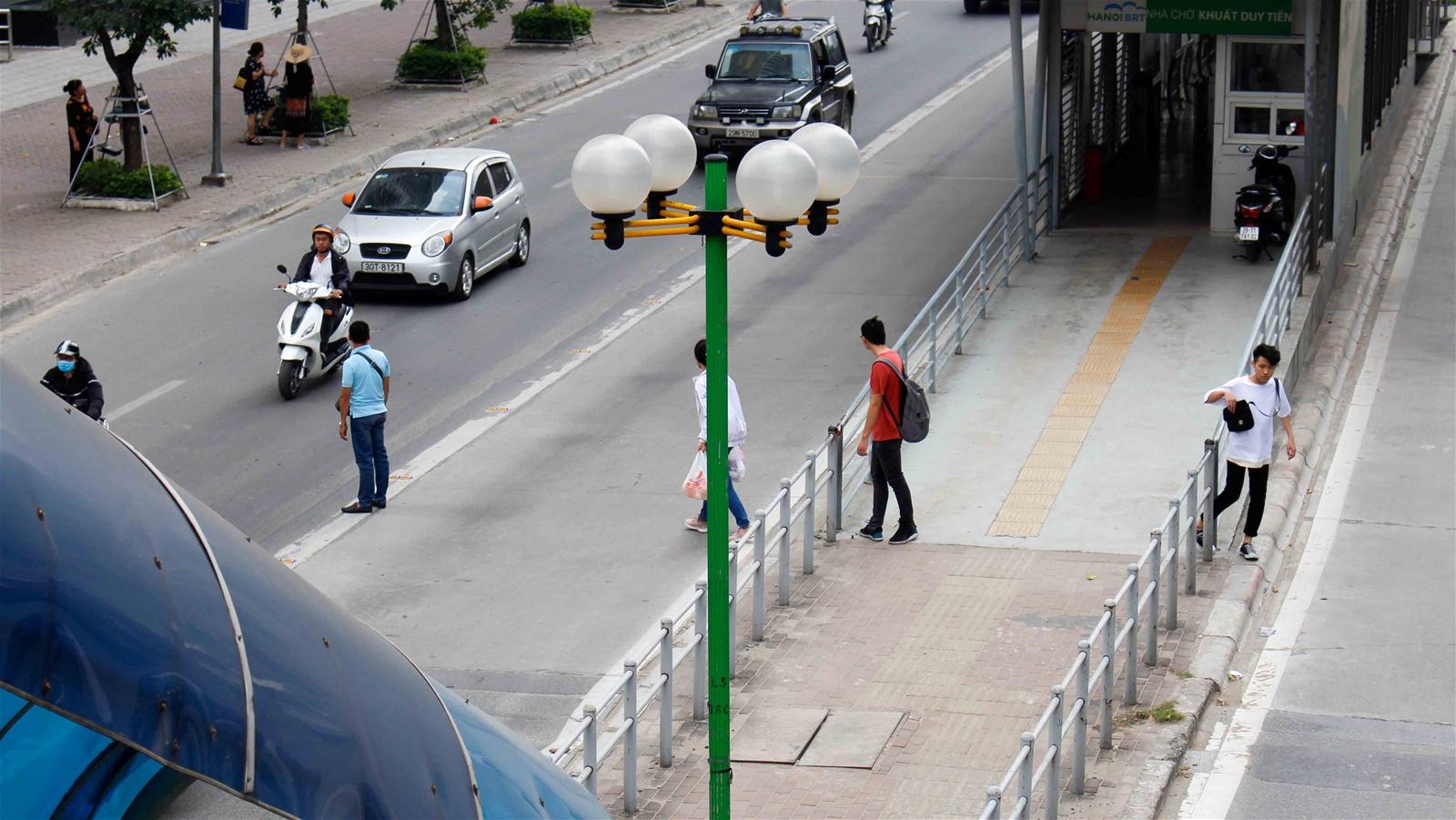 Hà Nội: Khi người đi bộ thờ ơ với cầu vượt bộ hành