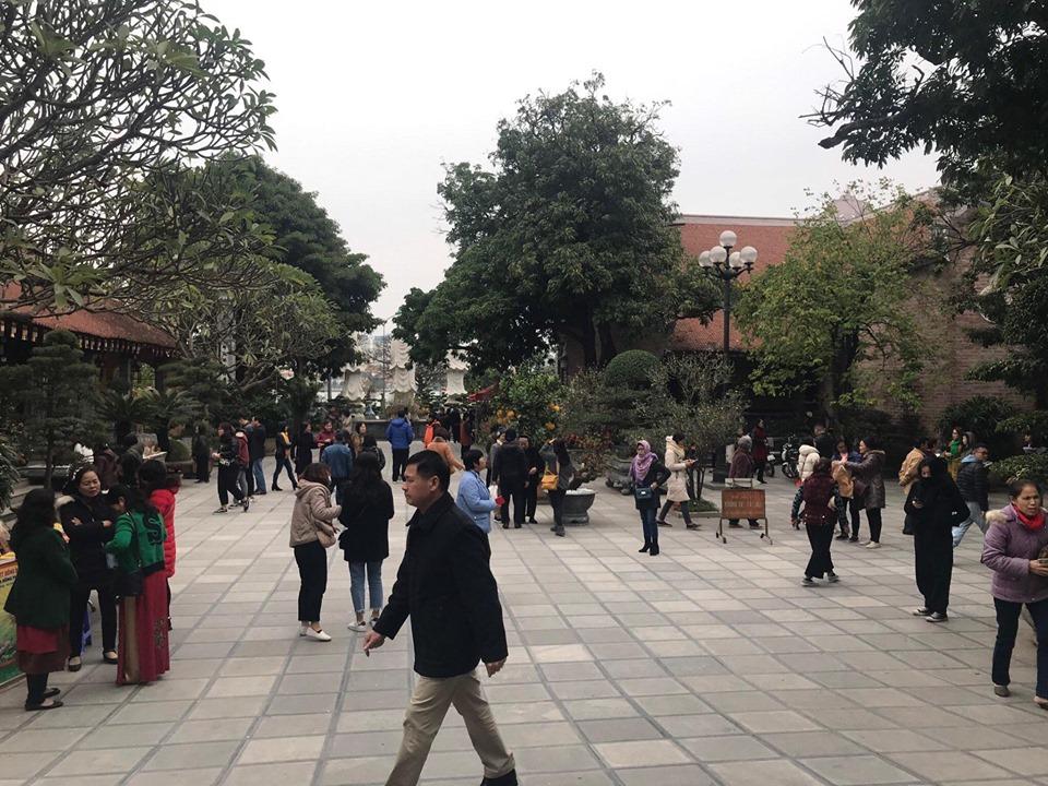 Chùa Tảo Sách (Tây Hồ) cũng đón lượng lớn người dân đến lễ trong những ngày đầu năm mới
