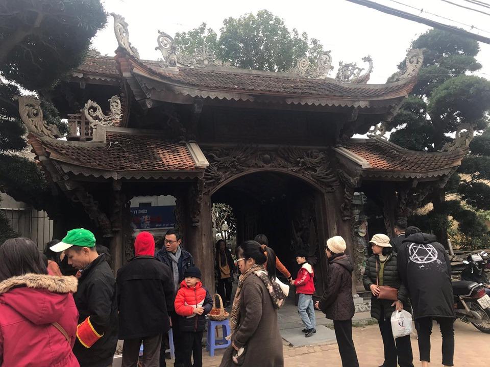 Rất đông người dân hành hương tới chùa Vạn Niên (Tây Hồ) để làm lễ