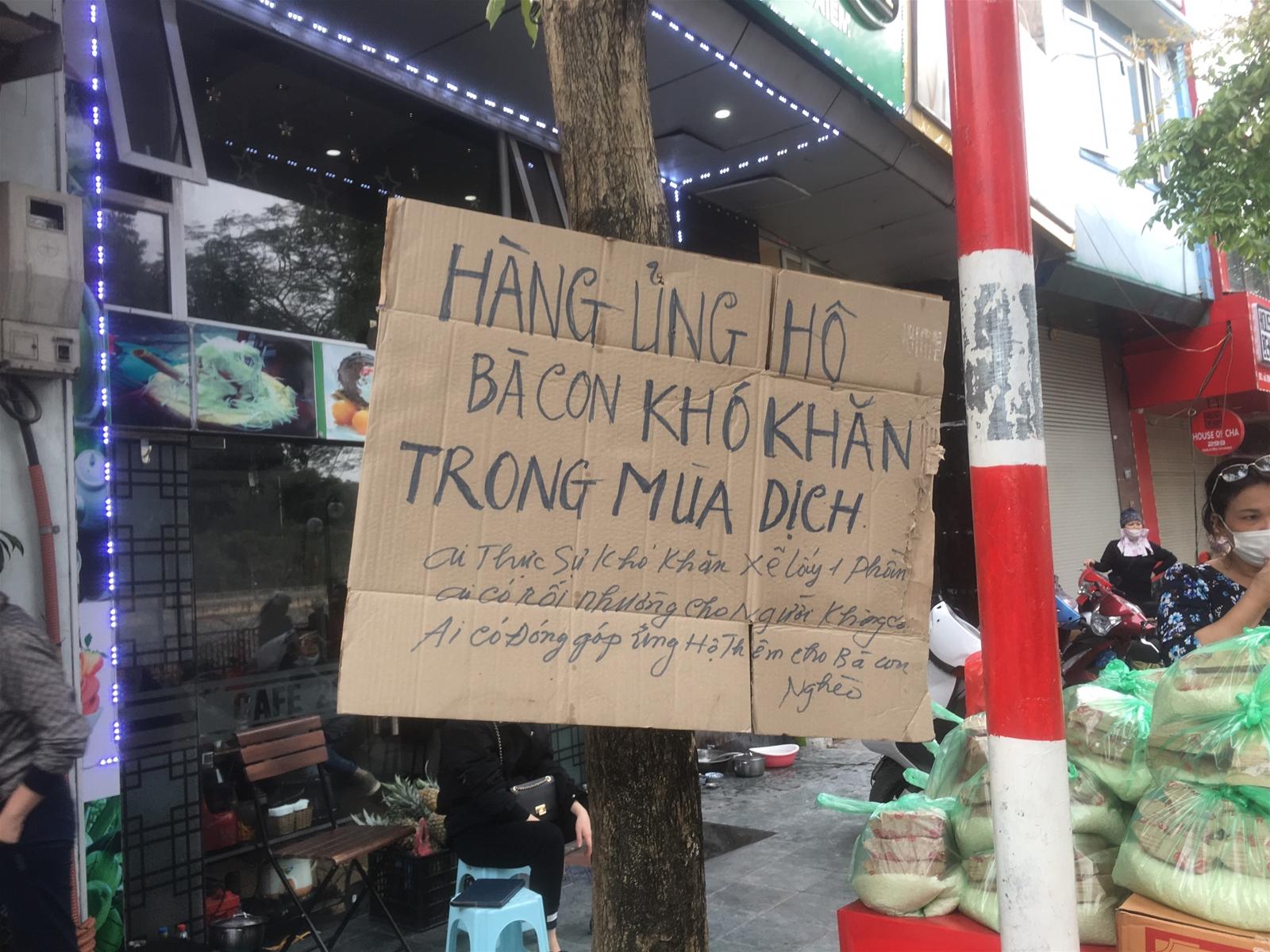 Hà Nội: Ấm lòng những điểm phát quà miễn phí