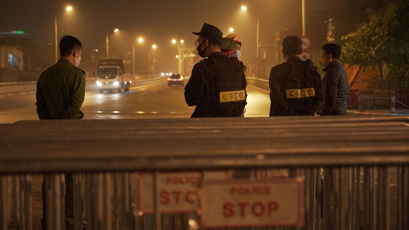 Cận cảnh các chốt kiểm soát việc thực hiện cách ly xã hội tại cửa ngõ Thủ đô